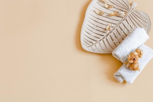 Spa stillleben mit blumen und handtüchern kopieren platz. gesundheits- und schönheitskonzept.