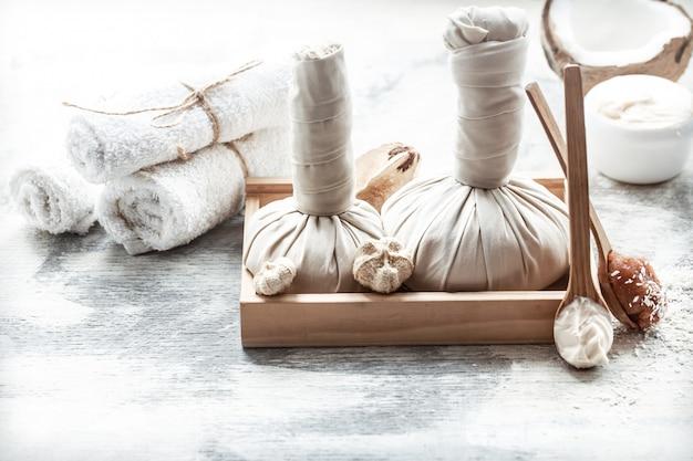Spa stillleben mit frischen kokos- und körperpflegeprodukten