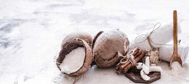 Spa stillleben von bio-kosmetik mit kokosnüssen