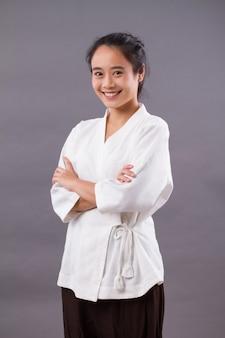 Spa-therapeutin; asiatische frau spa-therapeutin, spa-mitarbeiterin, ästhetik mädchen personal studio isoliertes porträt