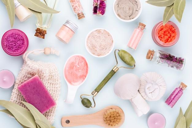 Spa und hautpflege hausgemachte kosmetik. flaschen mit spa-kosmetikprodukten auf pastellfarbenem hintergrund.