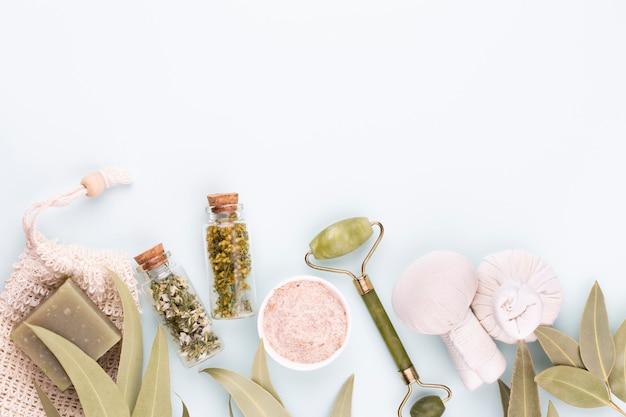 Spa und hautpflegehausgemachte kosmetik. flaschen mit spa-kosmetikprodukten auf pastellfarbenem hintergrund.