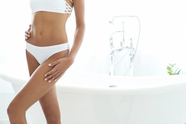 Spa und schönheit. schöne frau in einem badezimmer