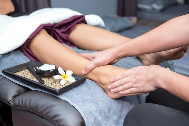 Spa und thai-fußmassage, schöne frauen entspannend und gesund von aromatherapie
