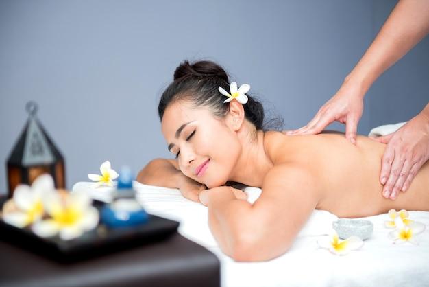 Spa und thai-massage, schöne frauen entspannend und gesund von aromatherapie