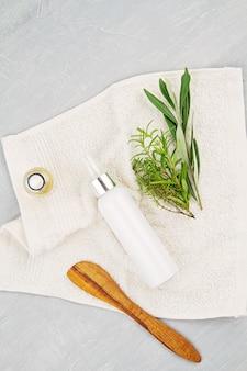 Spa- und wellness-komposition mit serum, handtüchern und schönheitsprodukten. wellnesszentrum, hotel, körperpflege