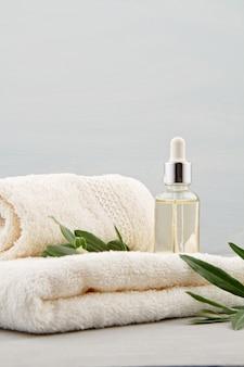 Spa- und wellness-komposition mit serum, handtüchern und schönheitsprodukten