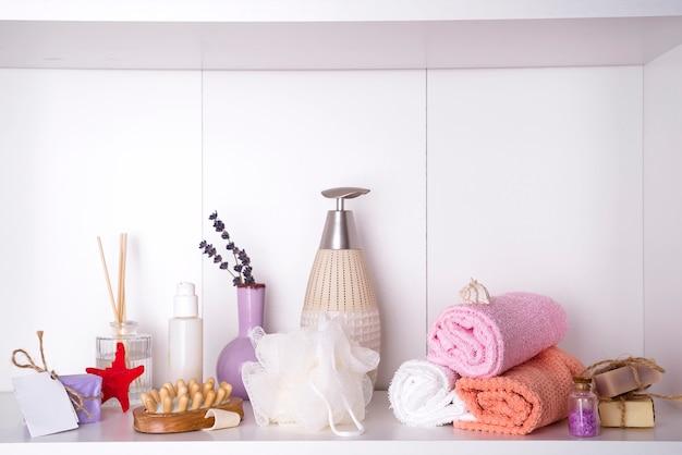 Spa- und wellnessbereich mit handtüchern. dayspa naturprodukte