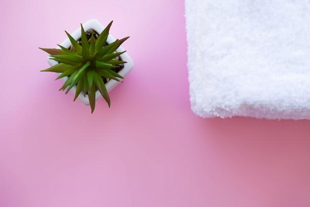 Spa. weiße baumwolltücher verwenden im badekurort-badezimmer auf rosa