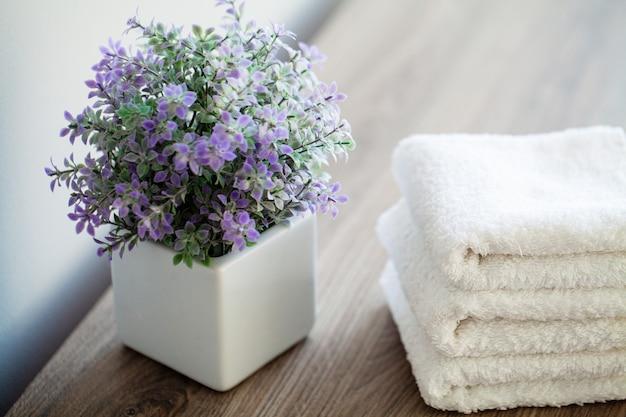 Spa. weiße baumwolltücher verwenden im badekurort-badezimmer. handtuch-konzept. foto für hotels und massagesalons. reinheit und weichheit. handtuch textil