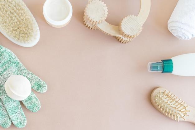 Spa-wellness-mock-up, flache lage aus verschiedenen pflegeprodukten