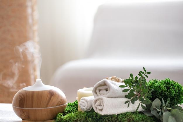 Spa-zusammensetzung mit dem aroma eines modernen öldiffusors mit körperpflegeprodukten Kostenlose Fotos
