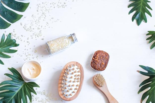 Spa-zusammensetzung mit körperpflegeprodukten und natürlichen blättern. konzept der spa-kosmetikprodukte.