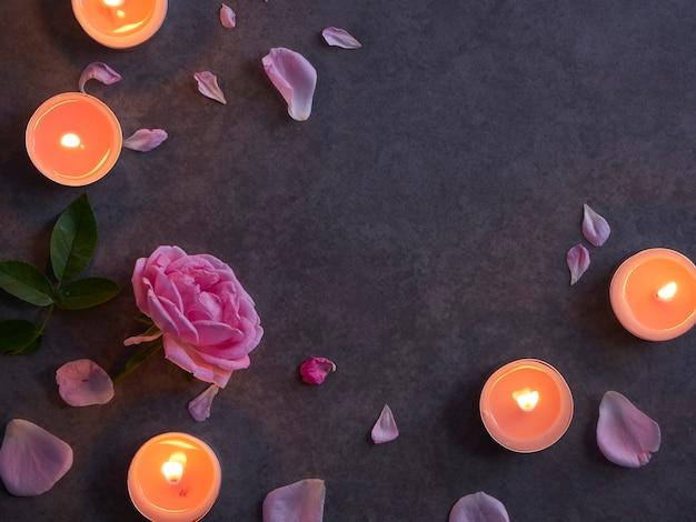 Spa-zusammensetzung von kerzen und rose.