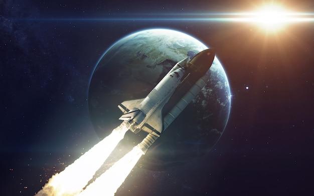 Space shuttle umkreist den erdplaneten