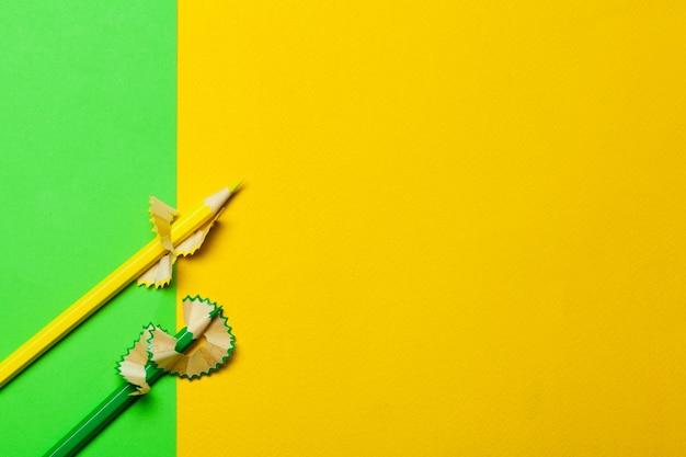 Späne von bleistiften mit papier auf hellgrünem