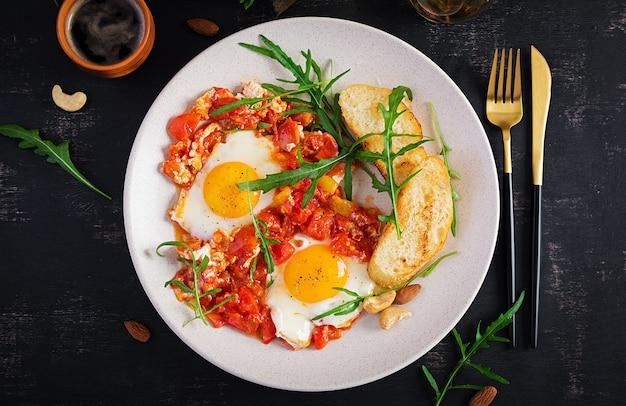 Spätes frühstück - spiegeleier mit gemüse. shakshuka. arabische küche. koscheres essen. draufsicht