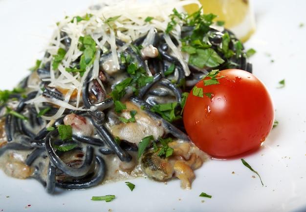 Spaghetti al nero di seppia.pasta nera algen, meeresfrüchte,