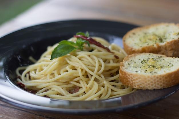Spaghetti auf dem tisch