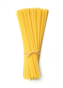 Spaghetti auf lokalisiertem weißem hintergrund. draufsicht