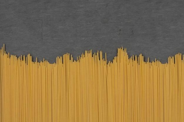 Spaghetti auf steinschiefer