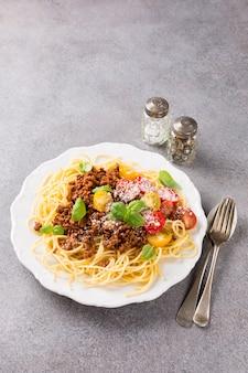 Spaghetti bolognaise mit rinderhackfleisch belegt