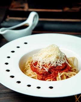Spaghetti bolognese auf dem tisch