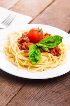 Spaghetti bolognese - nudeln mit tomatensauce und hackfleisch