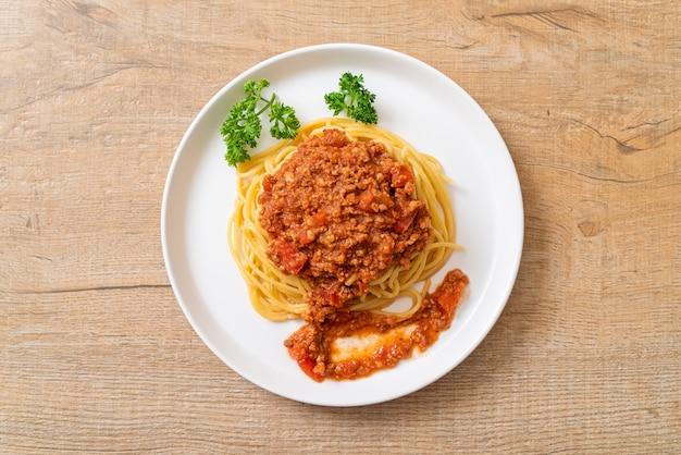 Spaghetti bolognese schweinefleisch oder spaghetti mit gehackter schweinefleisch-tomatensauce - italienische küche