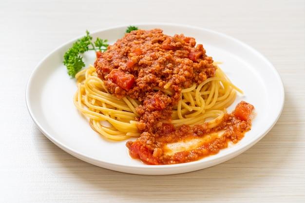 Spaghetti bolognese schweinefleisch oder spaghetti mit gehackter schweinefleisch tomatensauce