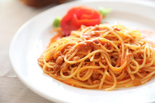 Spaghetti bolognese, spaghetti mit tomatensauce oben mit käse, italienisches essen