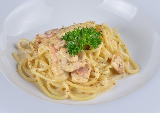 Spaghetti carbonara auf weißer schüssel