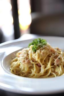 Spaghetti carbonara mit speck und käse