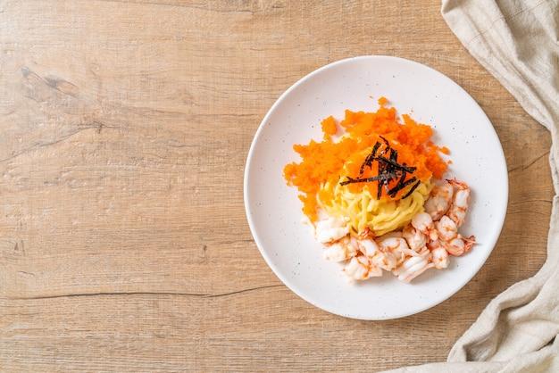 Spaghetti cremig mit garnelen und garneleneiern hintergrund