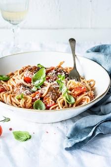 Spaghetti-frikadellen mit marinara-tomatensauce garniert mit parmesan und basilikum food-fotografie