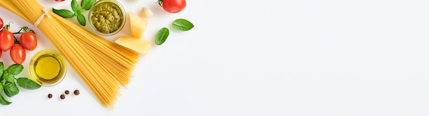 Spaghetti, frische tomaten, kräuter und gewürze. zusammensetzung von gesunden lebensmittelzutaten isoliert auf weißem hintergrund, ansicht von oben. attrappe, lehrmodell, simulation.