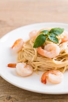 Spaghetti frischkäse weiße sauce mit garnelen