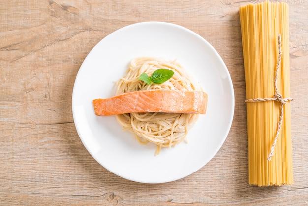 Spaghetti frischkäse weiße sauce mit lachs