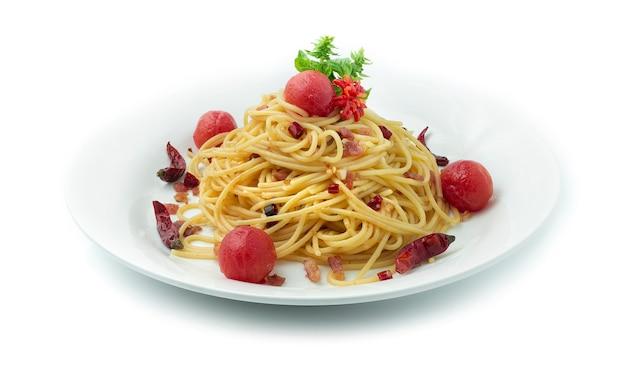 Spaghetti gebraten mit getrockneten chilischoten überbacken bacon crispy