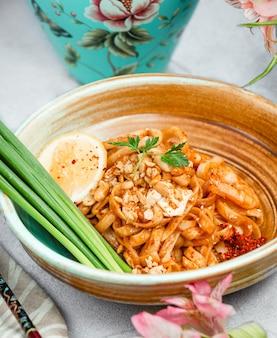 Spaghetti in tomatensauce mit zitrone und kräutern.