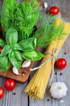 Spaghetti, kirschtomaten und basilikum