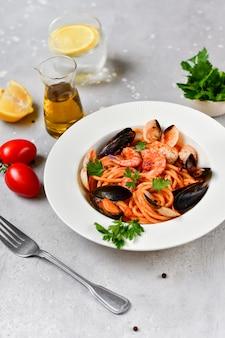 Spaghetti-meeresfrüchteteigwaren mit muscheln und garnelen mit miesmuscheln