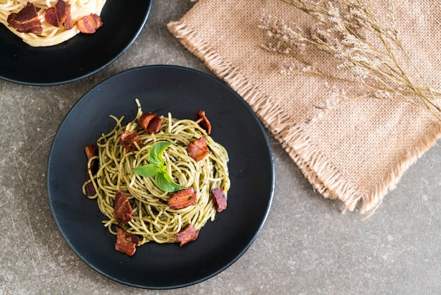 Spaghetti mit basilikum pesto und speck