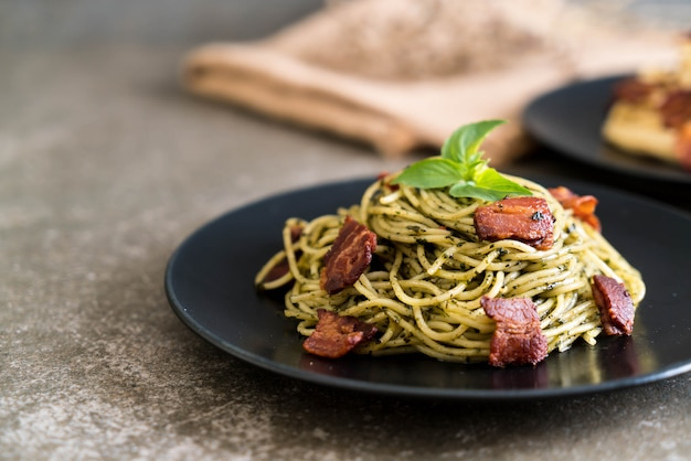 Spaghetti mit basilikumpesto und speck
