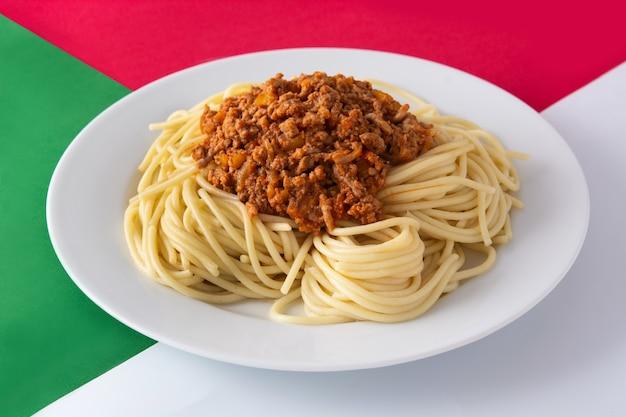 Spaghetti mit bolognese-sauce auf einem weißen teller