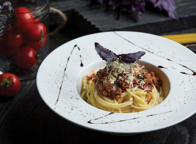 Spaghetti mit bolognese-sauce und gehacktem parmesan