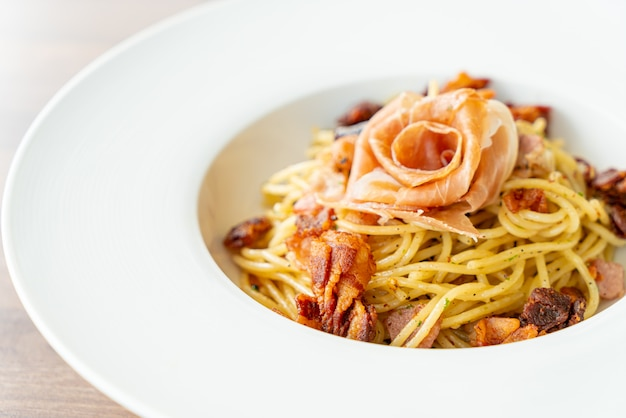Spaghetti mit chili, olivenöl und schinken-speck