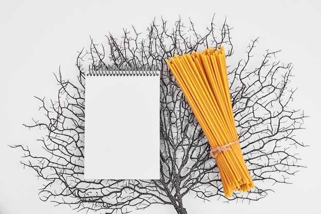 Spaghetti mit einem rezeptbuch auf dekorativem hintergrund.