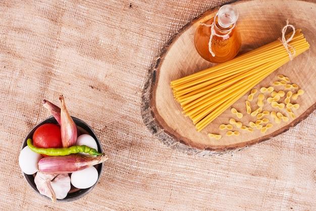 Spaghetti mit einer tasse gemüse.