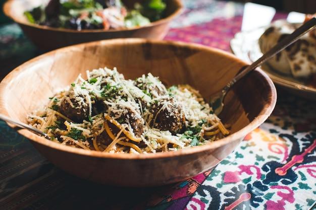 Spaghetti mit fleischbällchen und käse